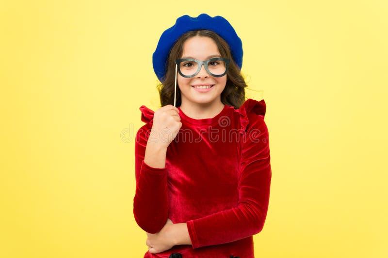 Zusatz für Feier Glückliche kleines Kinderglasstützen Lustiges kleines Mädchen, das Glaspassfotoautomatstützen auf Stock hält stockfotos