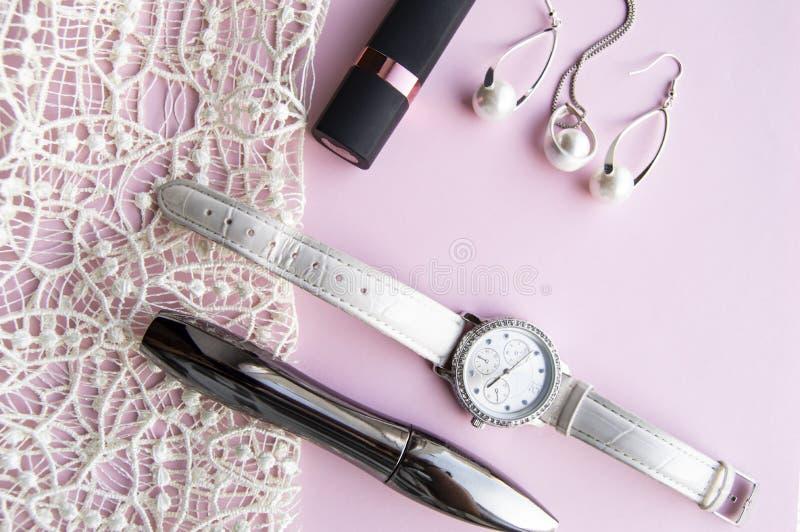 Zusatzcollage der flachen Lagefrauen mit stilvollen Uhren, Ohrringen und Anhänger mit weißen Perlen, Lippenstift, Wimperntusche a lizenzfreie stockbilder