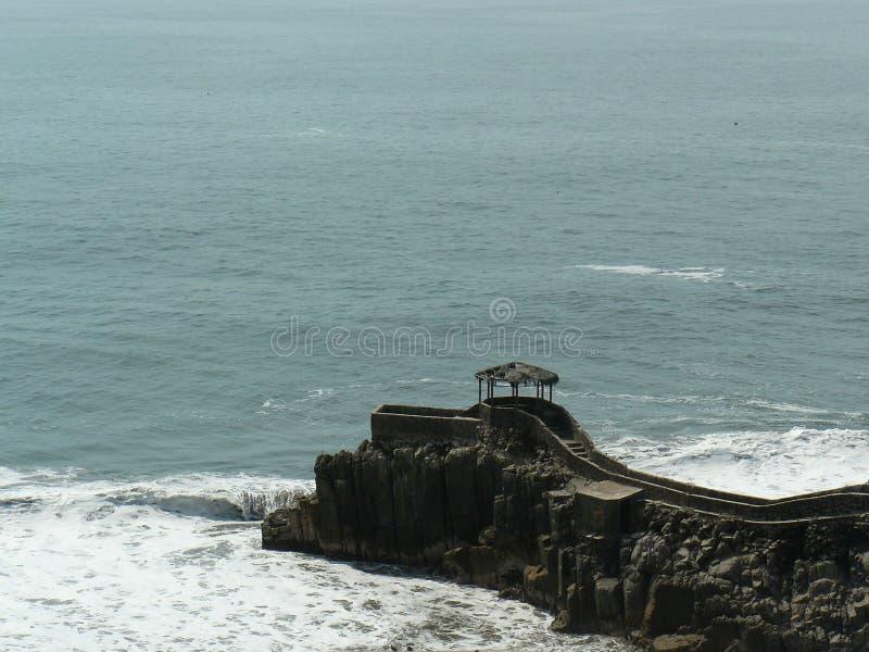 Zuschauer über Felsen im Meer lizenzfreie stockfotos