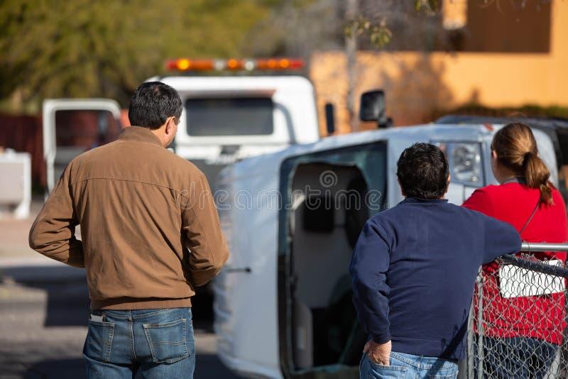 Zuschauer bei Crash Scene auf der Straße stockfoto