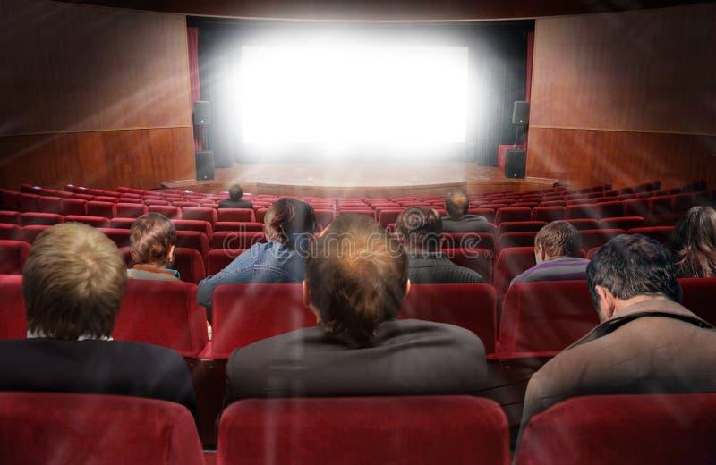 Zuschauer in der Halle des Kinos mit Film stockfotos