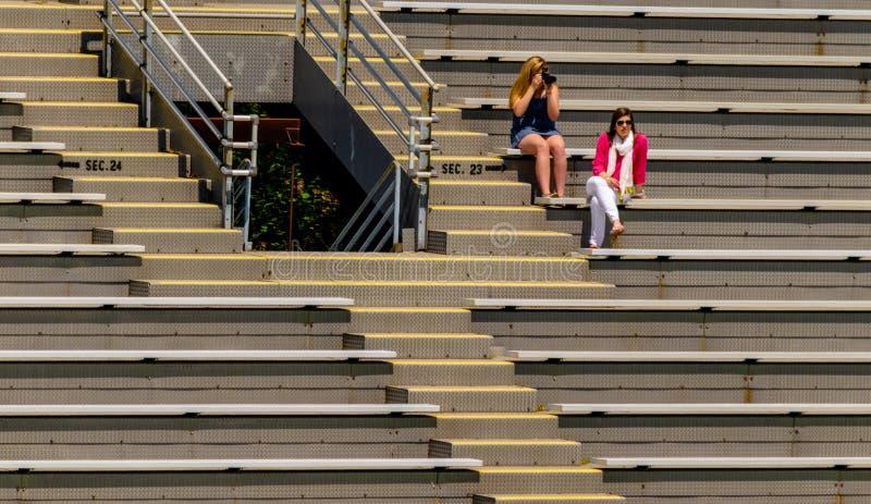 Zuschauer, die in den Zuschauertribünen sitzen stockfotografie