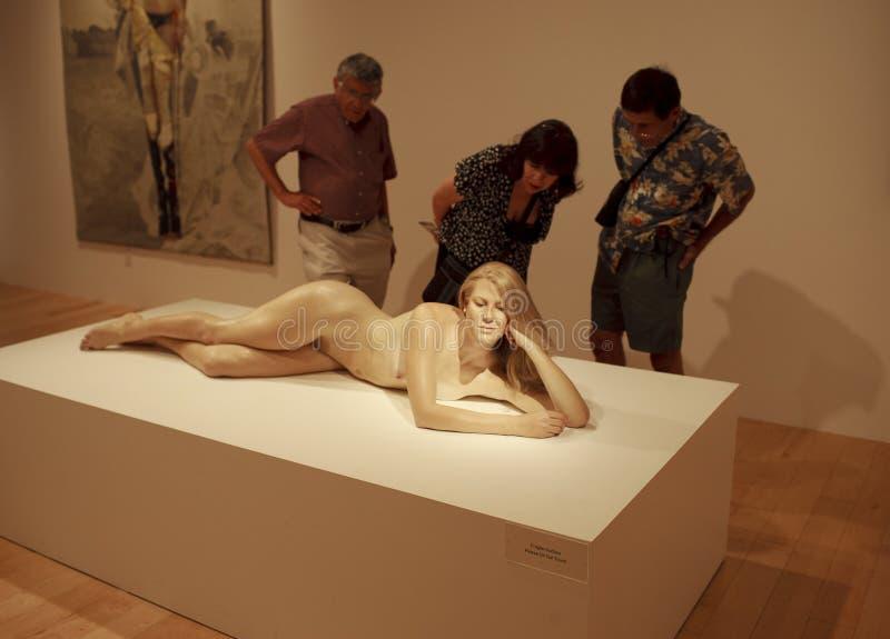 Zuschauer, die moderne Skulptur ansehen lizenzfreies stockfoto