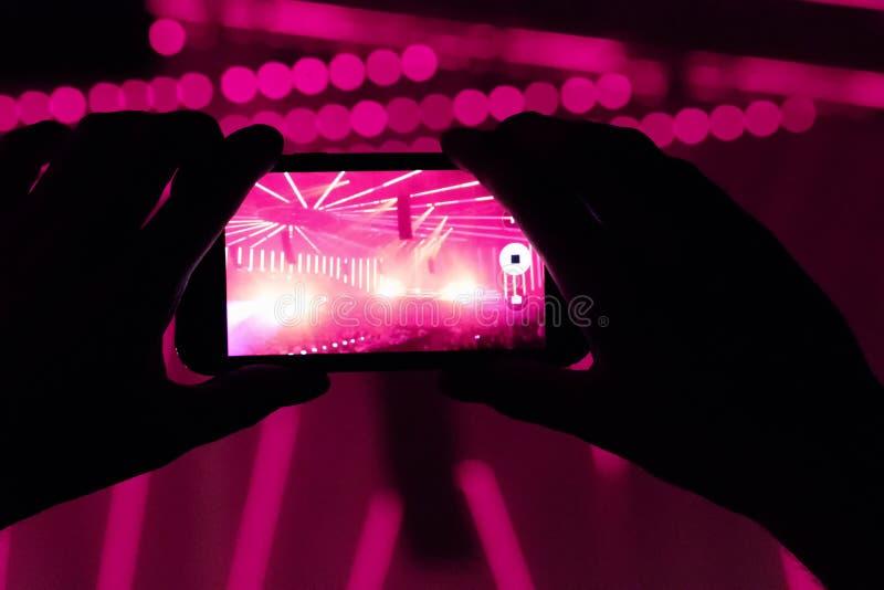Zuschauer mit Mobiltelefon in Handys auf einem Konzert lizenzfreie stockbilder
