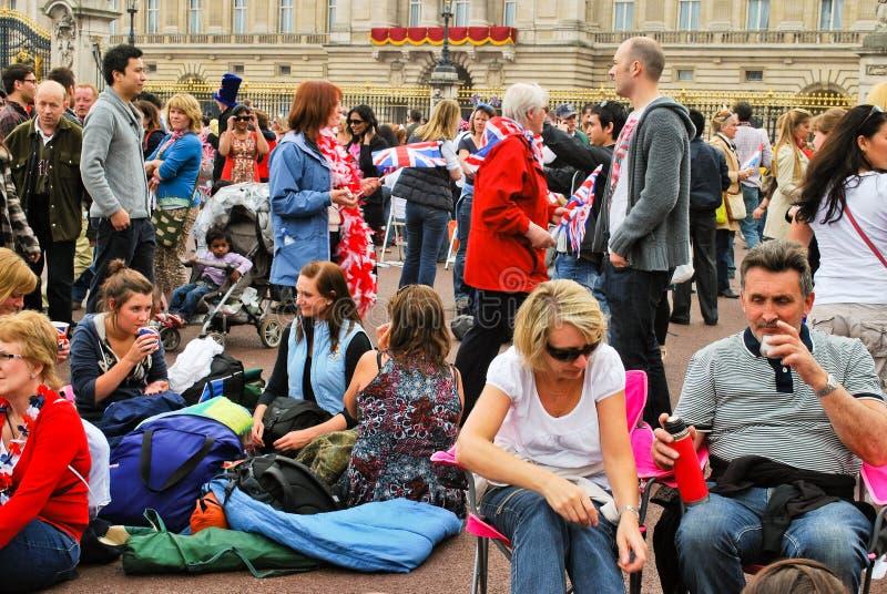 Zuschauer vor dem Buckingham Palace stockfoto