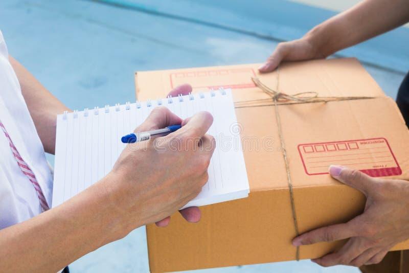 Zustelldienst sendete dem Kunden, der Paketkasten empfängt lizenzfreie stockfotografie