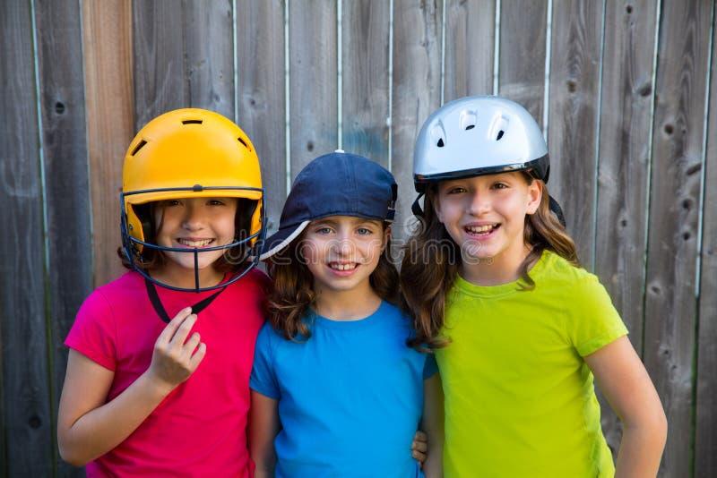 Zuster en vrienden de meisjesportret van het sportjonge geitje gelukkig glimlachen stock foto