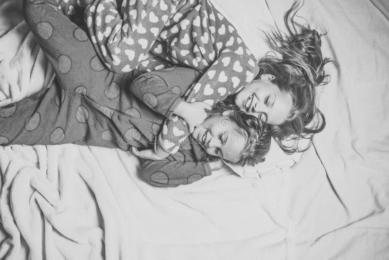 Zusterlijke liefde Bedtijd, sluimer, droom, sleepover royalty-vrije stock fotografie