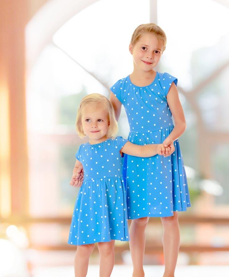 Zusters in blauwe kleding stock foto's