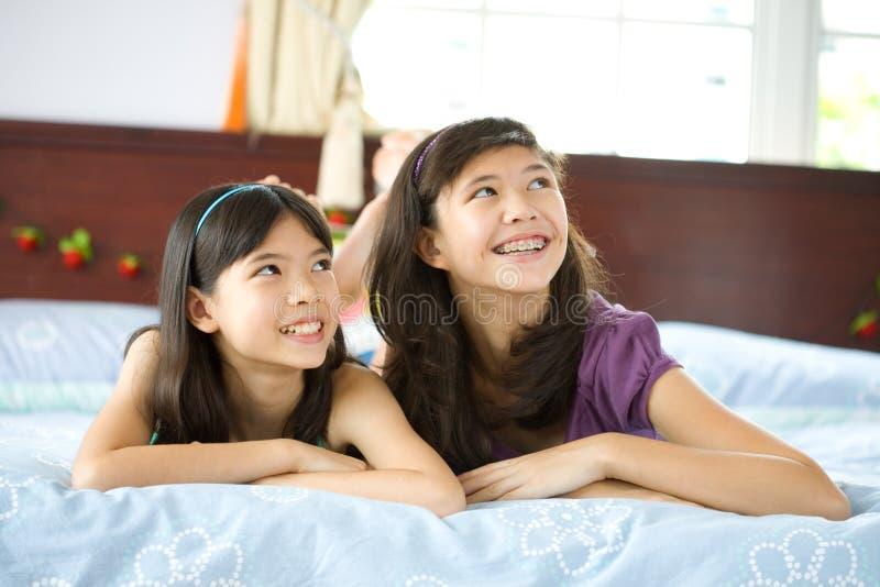 Zusters die en pret thuis ontspannen hebben royalty-vrije stock foto