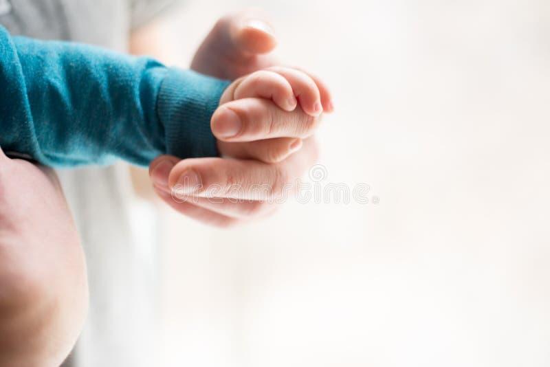 Zusters die handen houden overhandig de slaapbaby in de hand van vaderclose-up Handen op witte achtergrond stock afbeelding