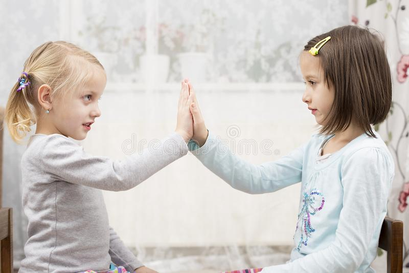 Zusters die indor, blonde spelen en bruin royalty-vrije stock afbeelding