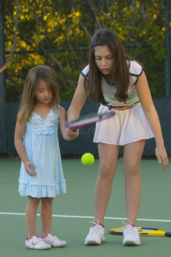 Zusters die Tennis spelen royalty-vrije stock foto's