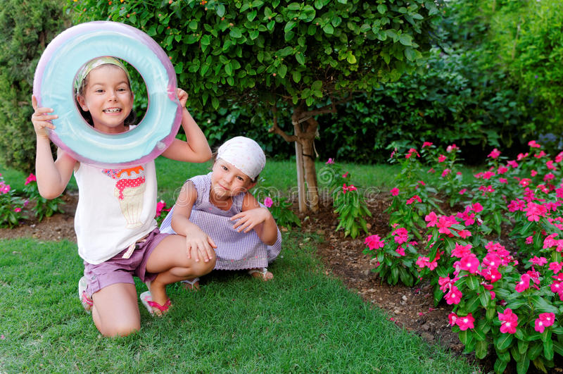 Zusters die in tuin spelen stock foto