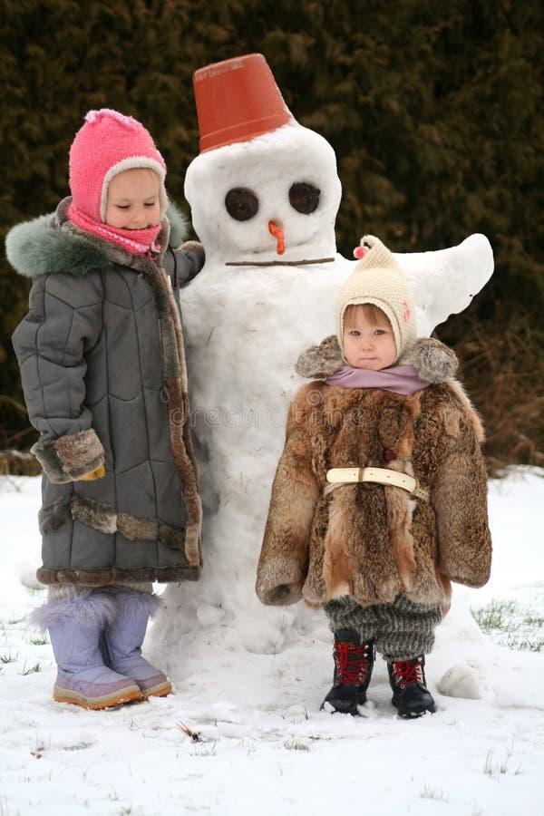 Zusters en de sneeuwman stock afbeelding