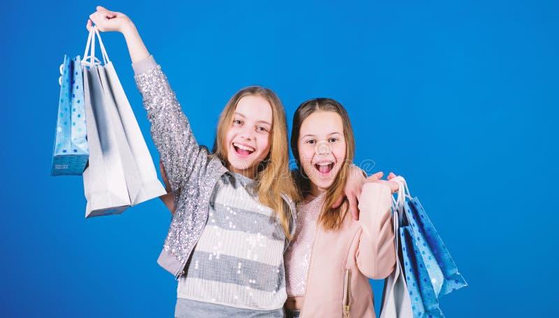 Zusterschap en familie besparingen op aankopen Verkoop en Kortingen jong geitjemanier Kleine meisjes met het winkelen zakken gelu royalty-vrije stock fotografie