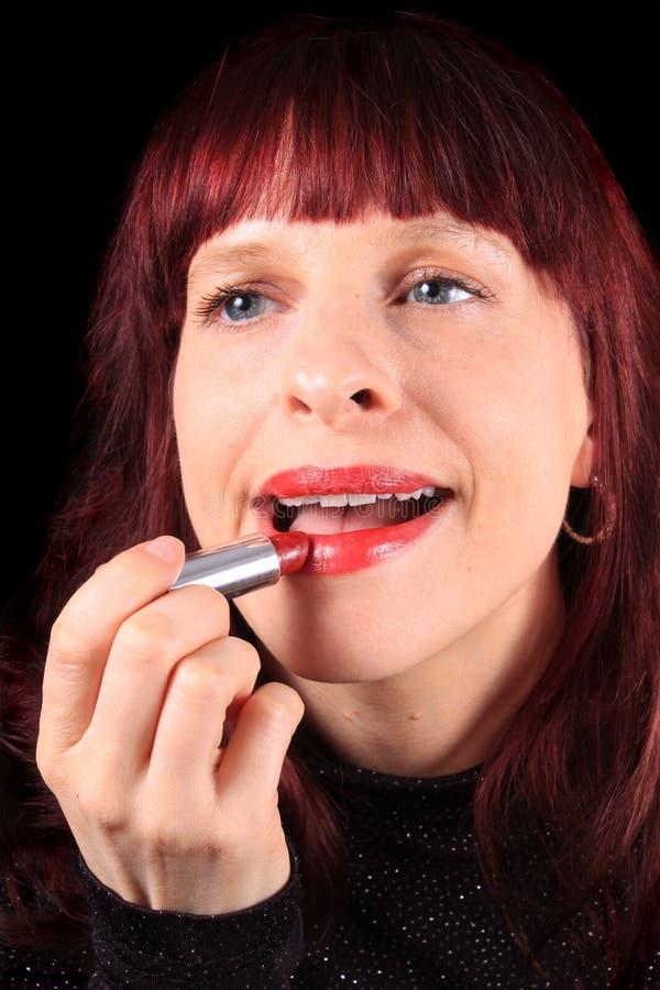 Zutreffen des Lippenstifts auf luscious Lippen stockbilder