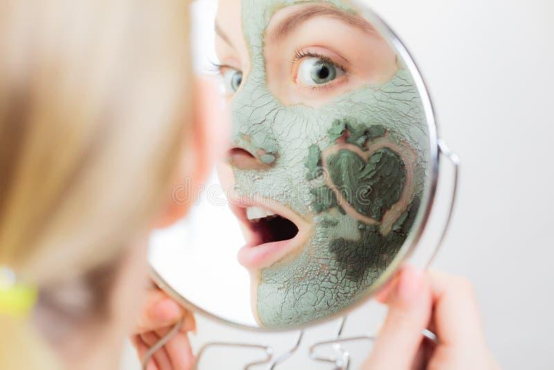 Zutreffen des transparenten Lacks Frau in der Lehmschlammmaske auf Gesicht schönheit lizenzfreie stockfotografie