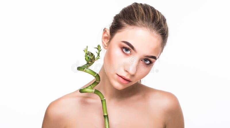 Zutreffen des transparenten Lacks Grünes Blatt, das eine Hälfte des schönen Frauengesichtes schattiert Aufbau mit Badeöl und Seif stockfotografie