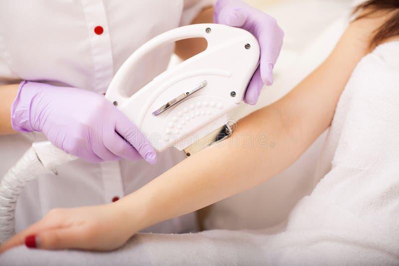 Zutreffen des transparenten Lacks Handlaserepilation und -Cosmetology Verfahren Haarabbau Cosmetology stockbild
