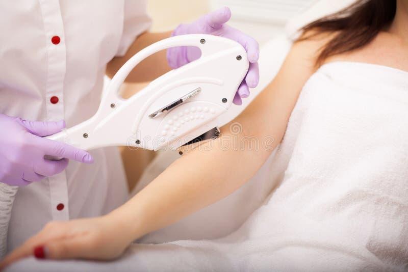 Zutreffen des transparenten Lacks Handlaserepilation und -Cosmetology Verfahren Haarabbau Cosmetology lizenzfreies stockbild