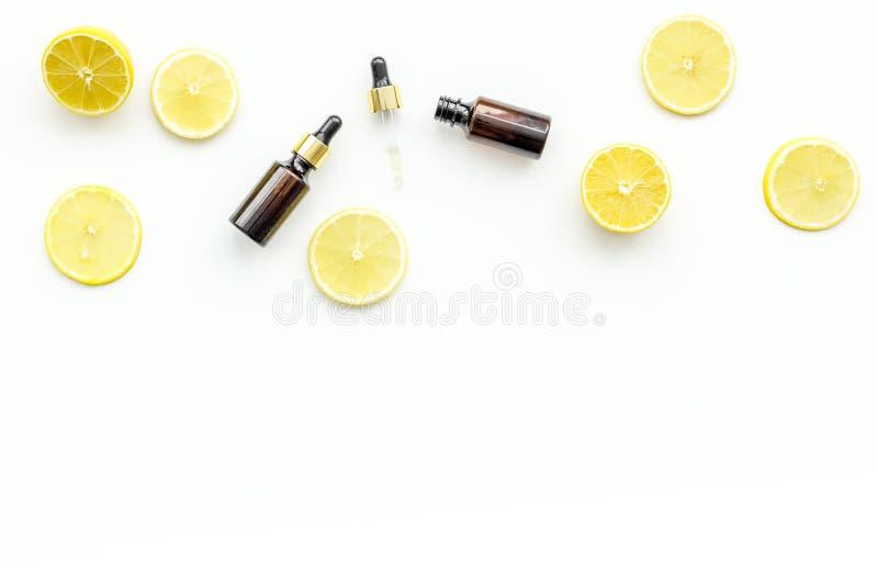 Zutreffen des transparenten Lacks Zitronenöl, Zitronenlotion auf weißem Draufsicht-Kopienraum des Hintergrundes stockbilder