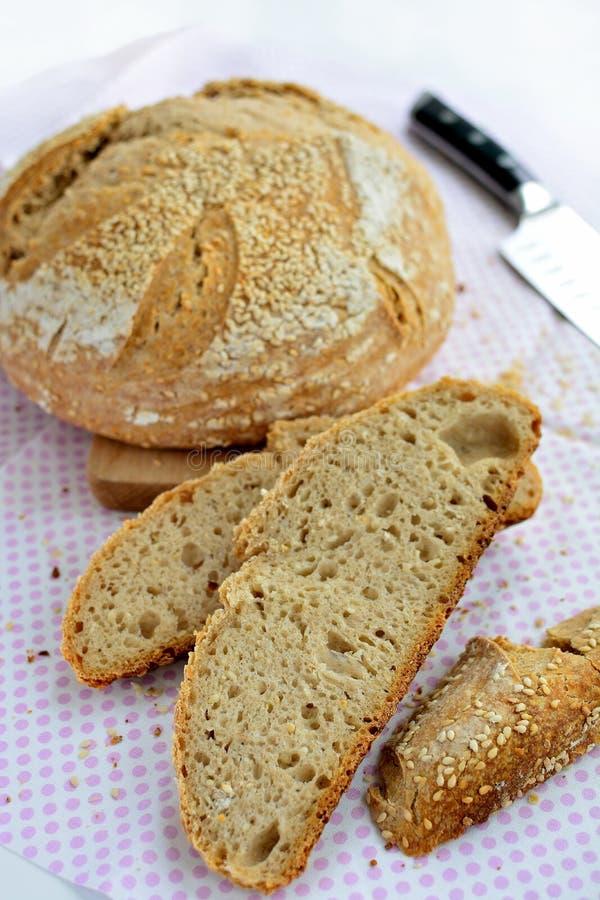 Zuurdesem eigengemaakt brood met sesamzaden stock afbeelding