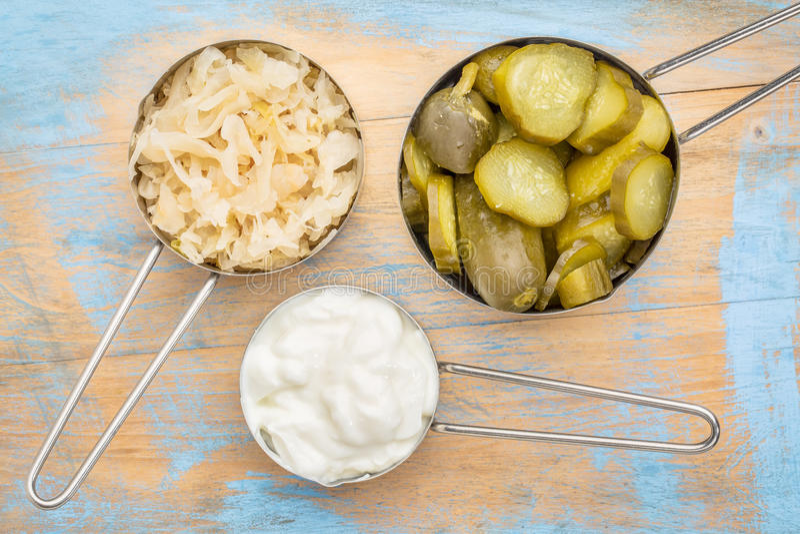 Zuurkool, komkommergroenten in het zuur en yoghurt stock foto's