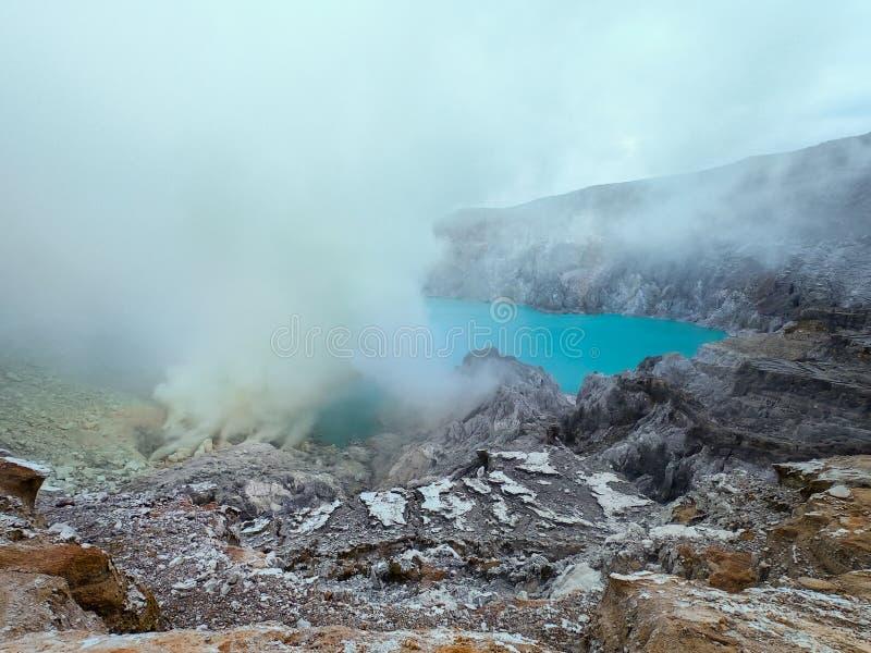 Zuurmeer en zwavelgas in Banyuwangi Ijen vulcano, Java Island, Indonesië royalty-vrije stock foto's