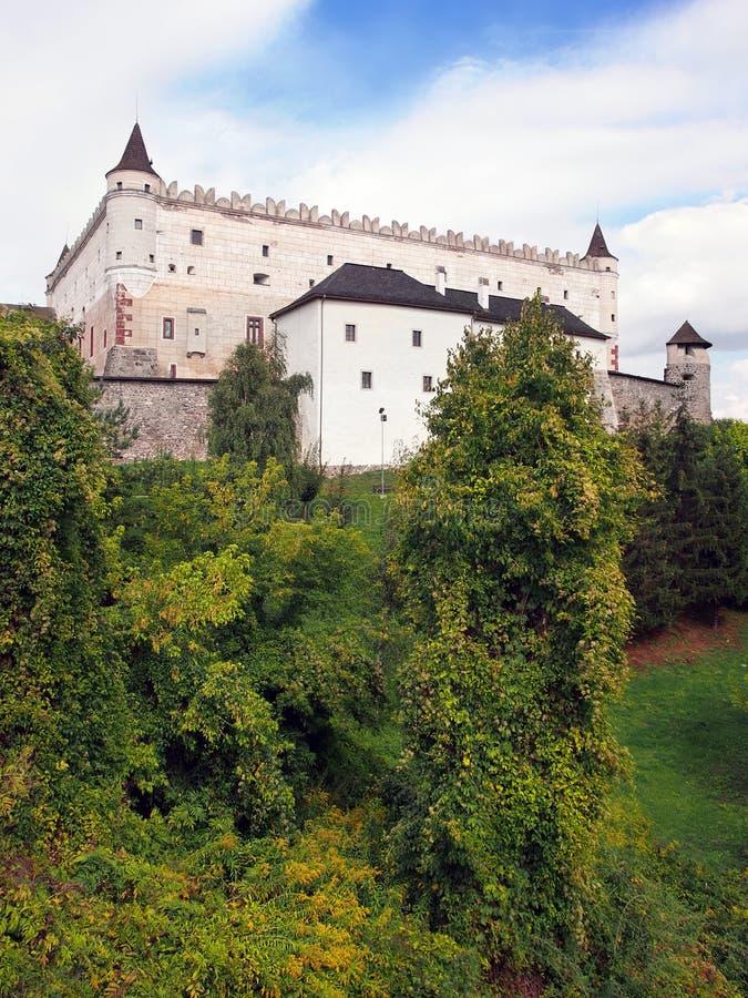 Zvolenkasteel op beboste heuvel, Slowakije stock afbeelding