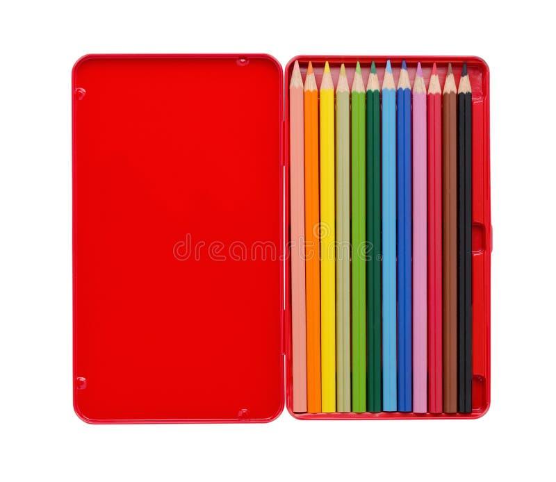 Zwölf färbten Bleistifte in einem roten Kasten mit dem Kopienraum, der auf Weiß lokalisiert wurde stockfotografie