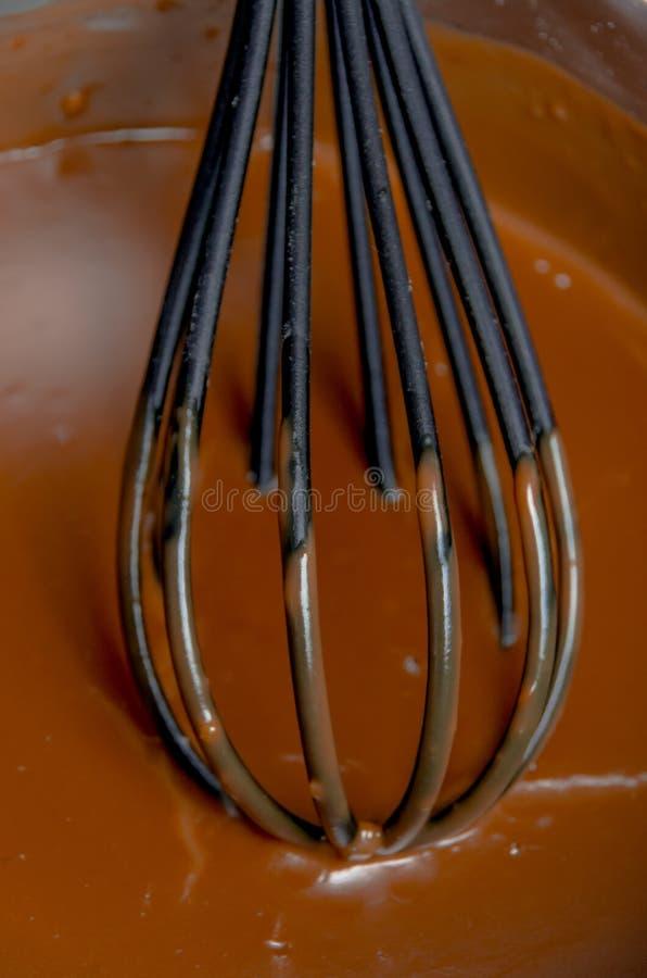 Zwaai in rijke gesmolten chocolade stock afbeeldingen