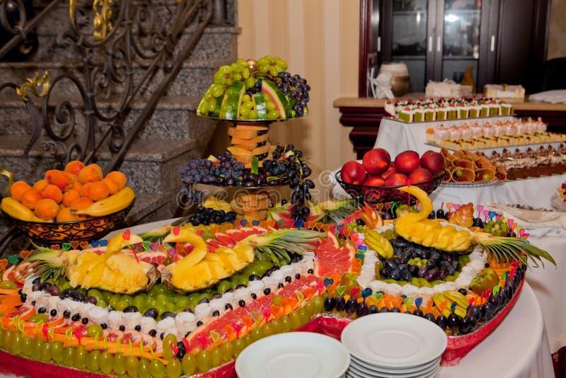 Zwaan van ananas op een fruitlijst, decor voor een huwelijkslijst stock fotografie