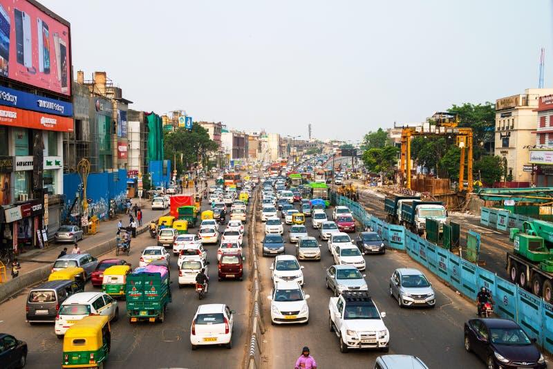 Zwaar autoverkeer in het stadscentrum van Delhi, India stock foto's