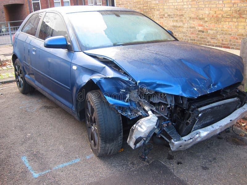 Zwaar beschadigde auto in een ongeval. royalty-vrije stock fotografie