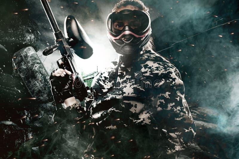 Zwaar bewapende gemaskeerde paintball militair op post apocalyptische achtergrond Advertentieconcept royalty-vrije stock afbeeldingen