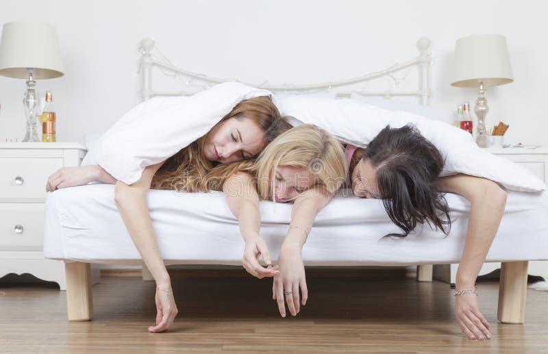 Zwaar dronken vrouwenslaap in bed stock afbeelding