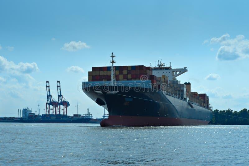 Zwaar geladen vrachtschip/tanker/vrachtschip royalty-vrije stock afbeelding