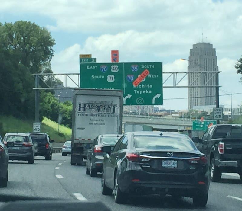 Zwaar verkeer dichtbij Kansas City Van de binnenstad, Missouri met signage royalty-vrije stock foto's