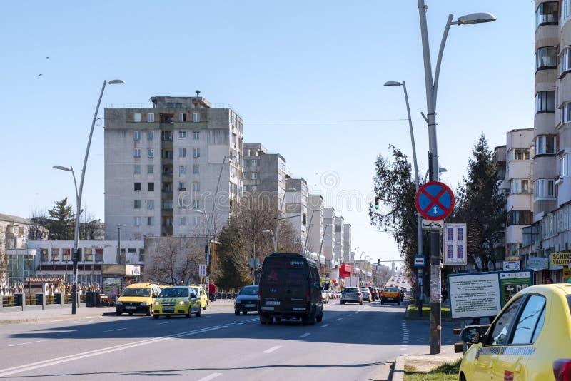 Zwaar verkeer in het centrum van Bacau, een stad in noordoostelijk Roemenië stock fotografie