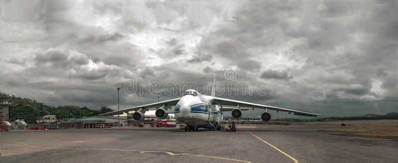 Zwaar vrachtvliegtuig Russische Ruslan op onderhoud vóór vertrek bij de luchthaven in Haven Moresby (Papoea-Nieuw-Guinea) stock afbeeldingen