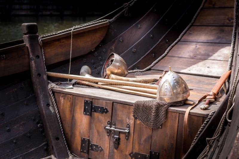 Zwaarden en helm op dek van een schip royalty-vrije stock foto