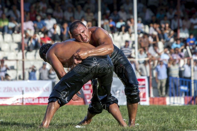 Zwaargewicht worstelaars die bij het de Olie van Elmali Turkse het Worstelen Festival in Elmali, Turkije concurreren stock afbeelding