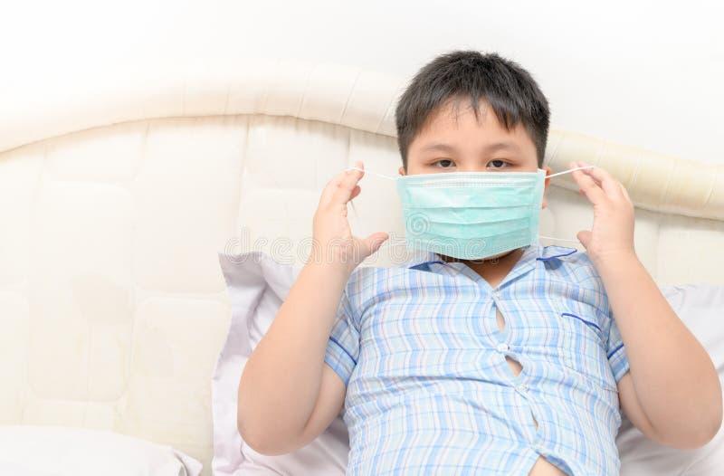 Zwaarlijvig vet te beschermen de beschermingsmasker van de jongensslijtage stock fotografie