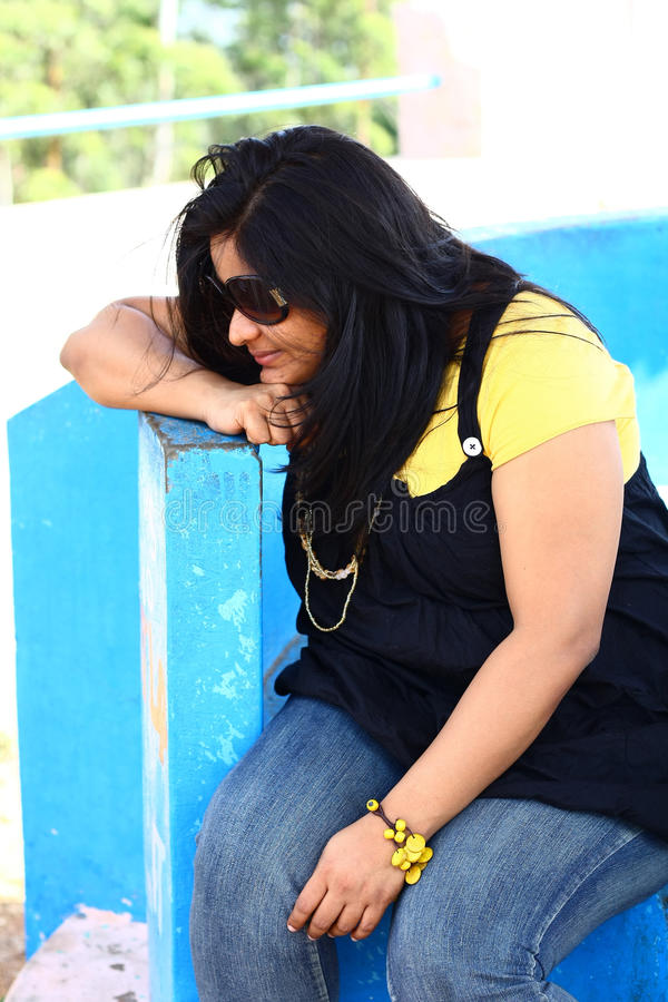 Zwaarlijvige Indische Dame Looking Down royalty-vrije stock foto
