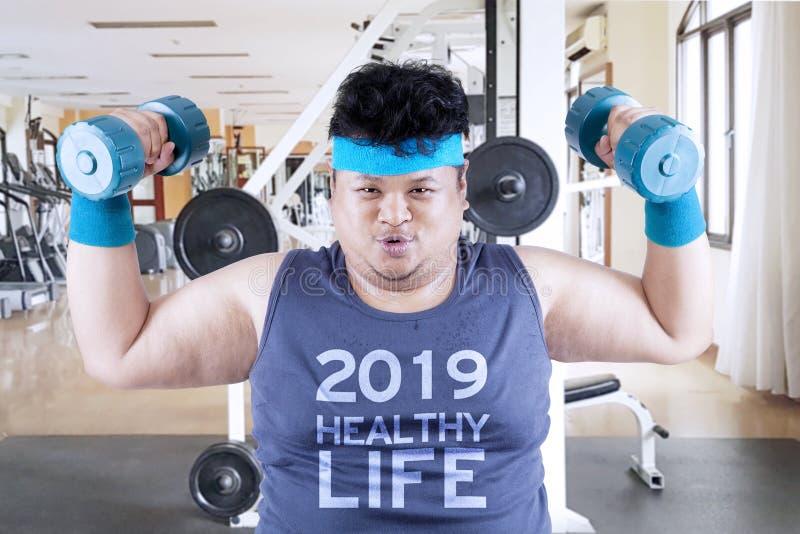 Zwaarlijvige mens met tekst van het gezonde leven van 2019 royalty-vrije stock afbeeldingen