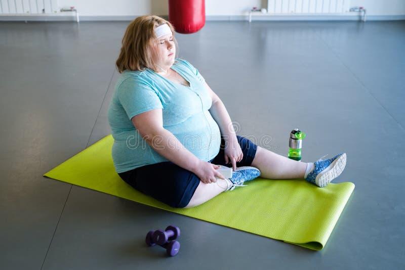Zwaarlijvige Vrouw die na Training rusten stock afbeelding