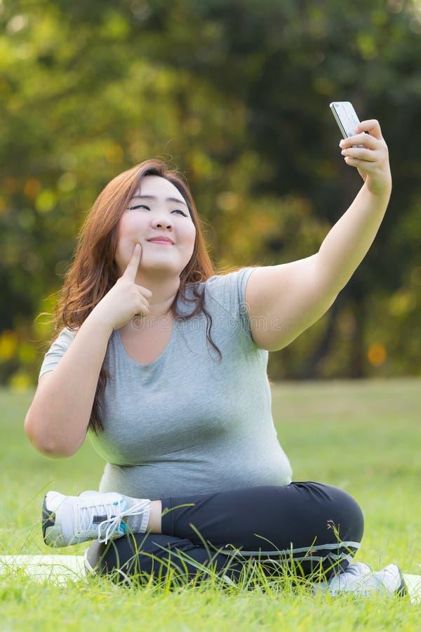 Zwaarlijvige vrouwen selfie royalty-vrije stock foto's