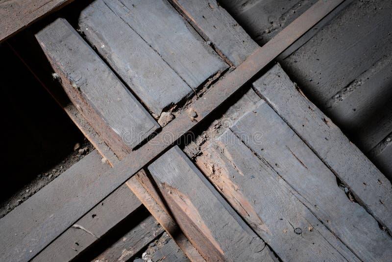 Zwakke houten vloerstraal in oude zolder/zolder met steunbouw stock afbeeldingen