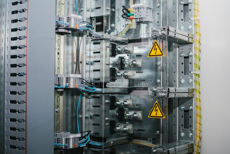 Zwakstroomkabinet Moderne slimme technologieën in de stroomindustrie Het gebruik van elektrische energie in de industrie royalty-vrije stock afbeelding